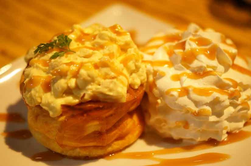 Cafe ASANさんの一番人気のスフレホットケーキ、クルミカスタードキャラメル2