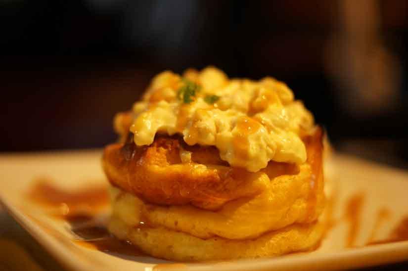 Cafe ASANさんの一番人気のスフレホットケーキ、クルミカスタードキャラメル3